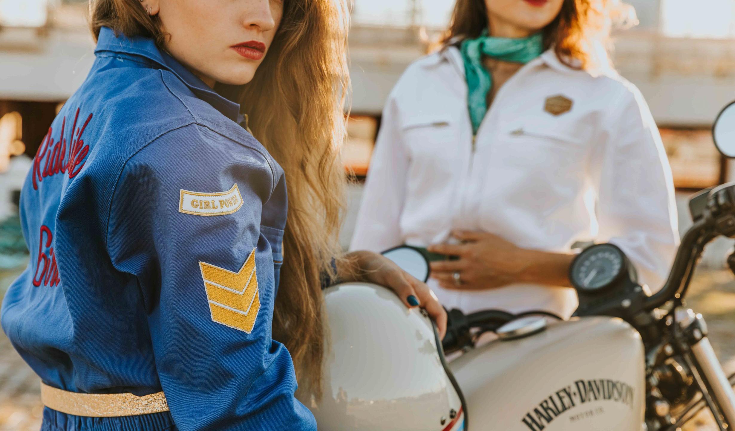 combinaisons moto bleue et blanche