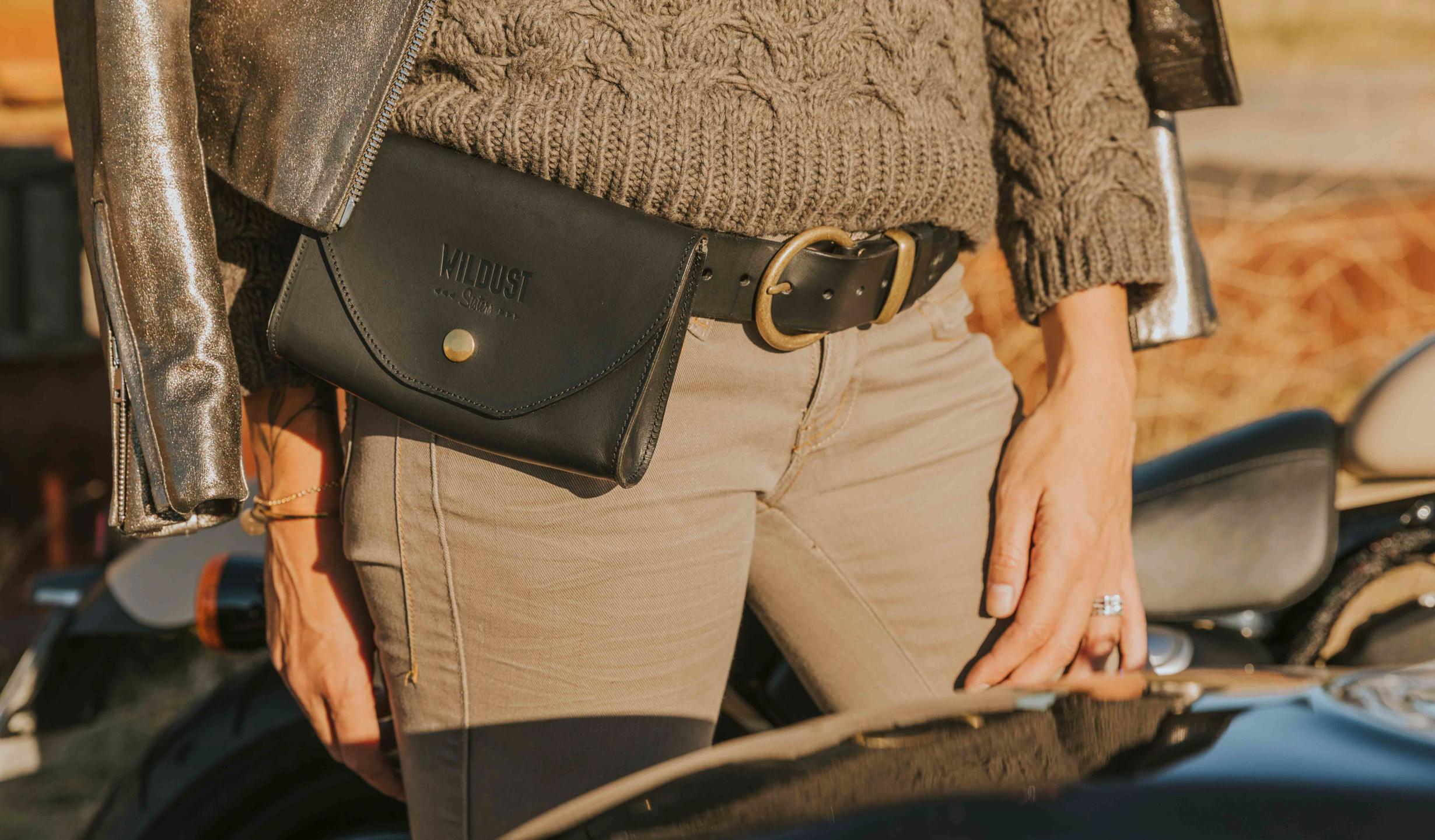 sacoche ceinture cuir noir pour femme pratiquant la moto