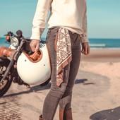 """#NEORETRO... Un terme qui s'applique aux motos, mais pas que !  Il qualifie  en fait un objet ou produit à la technologie moderne associé à un design qui renvoie à une époque donnée... . Nous c'est le charme des années 70 qui nous a inspiré avec ce modèle de foulard """"woodstock"""".  . Un design totalement rétro donc, mais une technologie bien plus récente et sophistiquée grâce à son matériau """"outdoor"""" super extensible et ultra résistant. Il s'étire et se positionne parfaitement sous le casque pour protéger le visage, tout en restant super respirant. . Un bel exemple de """"néo rétro"""" efficace.  Quand style vintage et technologie moderne se marient à merveille... => dispo sur l'eshop : www.wildust.com"""