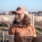 """Jamais sans ma casquette !  La trucker Vinted Pink a fait son apparition sur le shop www.wildust.com, pour le plus grand plaisir des #vintagelovers... Une visière et un patch en suédine camels, assortis à un joli rose poudré juste féminin comme il faut. L'idée c'est de faire de cette casquette """"trucker"""" un modèle plus girly, sans tomber dans le cliché !  Exit le rose fushia et les papillons... Tout est question de subtilité !   Vous en pensez-quoi vous ? Team Papillons roses ou Team Vintage ? . . .  #subtilité #camellovers #vintagecap #girlswithcaps #womanrider #womenwhoride #bikegirl #motogirl #ridelikeagirl"""