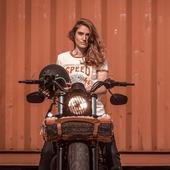 Bientôt le bout du tunnel ! ON s'accroche ! Vous avez vu la détermination dans notre regard pour exploser la limite des 10km...? ha ha on est au taquet, hâte de repartager des bons moments de ride avec vous ! . . #motogirl #bikergirl #womenwhoride #womanrider #ridelikeagirl #48 #hdfourtyeight #hdowner #hdlover #speedgoddess #heroineonwheels  Thank you @gregbronard  and @elie_mbs  for this 💣 pic !