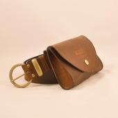 """😳 LE SAVIEZ-VOUS?   A l origine, la marque est née d une préoccupation tout à fait pratico- pratique... La  ceinture/sacoche en cuir  fut de ailleurs le premier produit dessiné, pour répondre à un besoin bien précis...  LA PETITE HISTOIRE DU SOIR 🤗  A la base, nous avions fait le constat que rouler avec un sac a main ou un sac a dos, c'est juste pénible...!   Problème...Ou mettre ton portable quand tu portes un jean slim et qu a peine montée sur ta bécane, il fait un flip arrière depuis ta poche.... Et qu il ne rentre pas non plus dans ta poche devant parce qu il est trop grand et que tu peux pas plier la jambe....🤷🏻♀️ TOI MEME TU SAIS ! 🤣  ..Bon tu as bien pensé à t acheter  une sacoche """"jambière"""" comme ça se fait ... mais pas vraiment ton style... 😬  ⚡Et soudain, l'éclair de génie ⚡!   Et si on fabriquait une petite pochette, qui pourrait se glisser autour de la ceinture ou même s'accrocher au cadre de la moto, dans un super beau cuir, hyper robuste et trop stylée ?  En plus d' être pratique et de permettre de ranger enfin ton mobile, ta CB et ton rouge a lèvres.., ce serait un accessoire de mode trop cool... Joli et pratique!   ⏲️Bref en 2h le proto pour l accessoire de rêve était imaginé et commandé auprès de notre artisan maroquinier près de Castres. 🇫🇷  Quelques semaines plus tard, naissait la toute première pièce d un vestiaire fait pour les aventurières. 🦸♀️  Le début d une longue série de produits qui racontent la Liberté, a l image de cette sacoche qui te permet de rouler """"hands free"""" , sans compromis entre praticité et style. 💃  ✨✨✨✨Et voilà un petit bout de l histoire de Wildust ! ✨✨✨ Vous imaginez ça ?"""