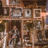 The vintage effect... Souvenir d'un après-midi shooting à @thegallerymontalivet, avec @clairedoussau et @gregbronard. . . #souvenir #shootingphoto #motogirl #womanrider #riderbabe #bikergirl