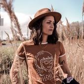 #WOMANONWHEELS...  Les t-shirts en coton bio Wildust sont fabriqués dans un coton épais, 190gr. Ils ont une coupe légèrement rétro et sont dispos en 3 tailles, et 6 coloris ... Chacun avec un design exclusif Wildust. Retrouvez celui qui vous plait ou celui qui fera le cadeau parfait  sur l'eshop : www.wildust.com.  . LES FRAIS DE PORT SONT OFFERTS, profitez-en ! . . #womanrider #womenwhoride #bikergirl #ridelikeagirl #womanonwheels #vintagelover #vintageride #customlover #wilderness #wanderlust #wildones #wildsouls #freespirits.