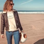 AVIATOR  STYLE... Les aventurières ne s'y tromperont pas. Un beau cuir, un large col sherpa et une doublure vintage qui n'est pas seulement jolie... Elle intègre aussi des poches pour les protections motos...Pour celles qui rident ! La veste parfaite , SANS COMPROMIS entre style et sécurité. A shopper dès maintenant sur www.wildust.com. . . . #blousonfemme #vestecuir #aviateur #vestemoto #motorcyclegear #womanrider #ridingapparel #motobrand #womanrider #bikergirl  Pic by talented @gregbronard with beautiful @two_wheels_therapy