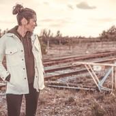 Le temps est bon pour rouler en tenue d'été. Mais attention, ici pas d'impasse sur la protection. La veste moto légère Wildust intègre les protections pour les épaules , les coudes et aussi une dorsale. Elle est également fabriquée en Armalith, le jean armé le plus résistant au monde, permettant de résister à l'abrasion et aux déchirures, jusqu'à 70km/h. . . La veste d'été qu'il te manquait. Simple, stylée, et protectrice. Dispo sur l'eshop en blanc et kaki ! . . #vestedenim #protectiveridingjacket #motogear #womanapparel #ridingapparle #womanrider #bikergirl #motogirl #protectivejacket #ridersjacket