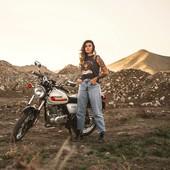 Living for the ride, with @hellbentani 🙏🏻 . * Holy Roads Shirt by Wildust Sisters. . . #womanrider #bikergirl #girlrider #motogirl #womanwhoride #ridelikeagirl #bikegirl #holyroads #freespirits