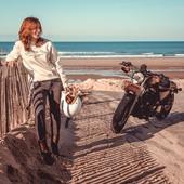 ATTENDRE..... que le soleil revienne, que le week-end arrive enfin, que le COVID disparaisse, et que l'insouciance revienne... Bref, ça ne nous empêche pas de sourire tout ça!  Bon week-end ! . . #waitingfortheweekend #weekendloading  #rideleagirl #harleygirl #harleyowner #womanrider #patience #missthesun #motogirl #womanwhoride #bikergirl #coolride #ridebythesea #iron #883  Pic by @gregbronard with @clairedoussau