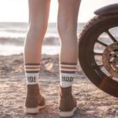 RIDE HARD…  Le 3° modèle de la collection vintage  socks Wildust est tout aussi confortable que les deux modèles précédents WILD FREE et BAD ASS !  Une chaussette mi-mollet, réalisée en Coton super épais, et fabriquée avec minutie en France.  Le confort XXXL est le 1° atout, car la plante de pied est renforcée... On a littéralement l'impression de marcher sur de la moquette. Chaudes mais respirantes, elles sont conçues dans le style des chaussettes de sport de nos parents... Avec une petite touche de couleur bien rétro, et un petit clin d'œil aux bikeuses... . . #happyfeet #coolsocks #vintagesocks #ridehard #womanrider #womenwhoride #ridelikeagirl #vintagelovers #motogirl
