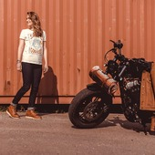 Inspirez-nous !  Quelle Légende écririez-vous pour cette photo ? . .  Let's get inspired !  What caption would you write for this pic ?  . .  #funday #inspire #caption #womanrider #bikergirl #motogirl #womanrider #speedgoddess #ridelikeagirl #48 #hdlover